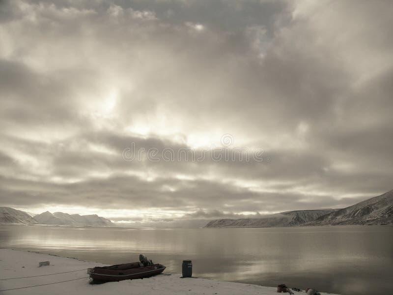 Arktischer Fjord ohne Eis lizenzfreies stockbild