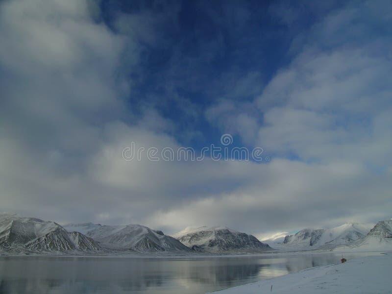 Arktischer Fjord ohne Eis lizenzfreie stockbilder