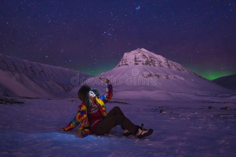 Arktisk för norrskenhimmel för nordliga ljus stjärna i flickan Svalbard för Norge loppblogger i den Longyearbyen staden måneberge royaltyfri bild