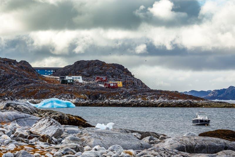 Arktisk kust för sten, motorbåt och blåttisberg som svävar i bet fotografering för bildbyråer