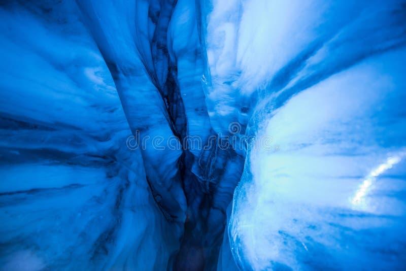 Arktisk nordlig isgrotta i Norge Svalbard i den Longyearbyen staden royaltyfri bild