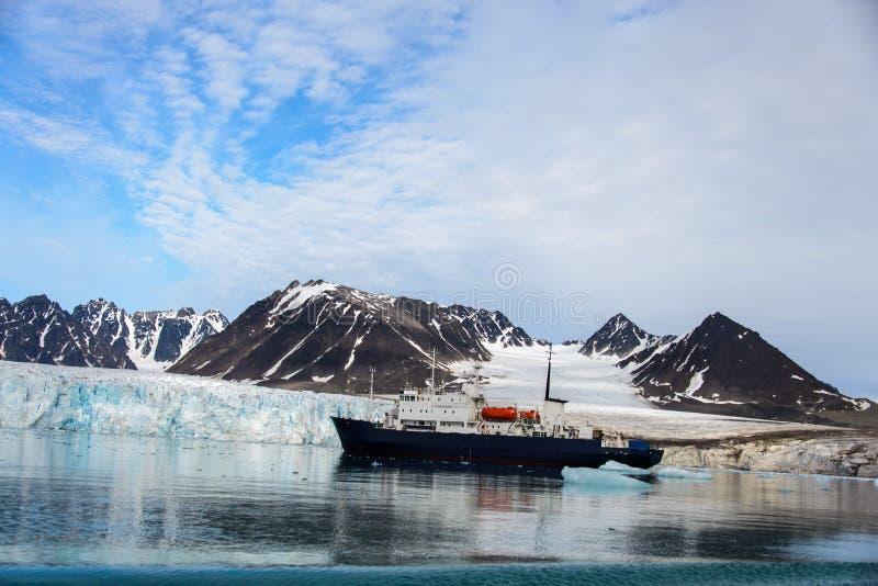 Arktiskt landskap i Svalbard med expeditionskytteln royaltyfria bilder