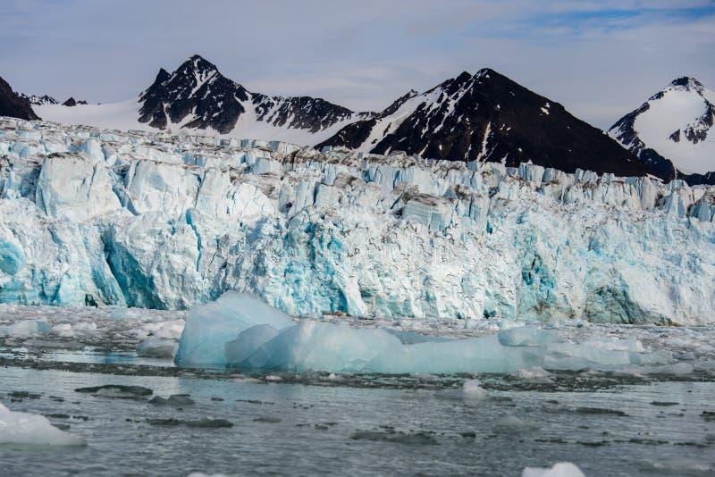 Arktiskt landskap i Svalbard med glaciären i sommartid royaltyfria foton