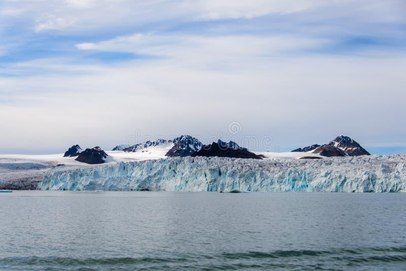 Arktiskt landskap i Svalbard med glaciären i sommartid royaltyfri fotografi