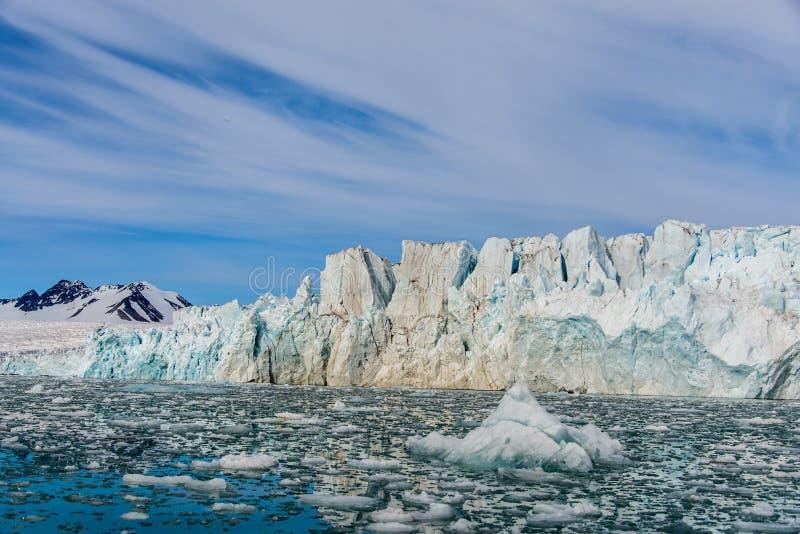 Arktiskt landskap med glaciären i Svalbard fotografering för bildbyråer