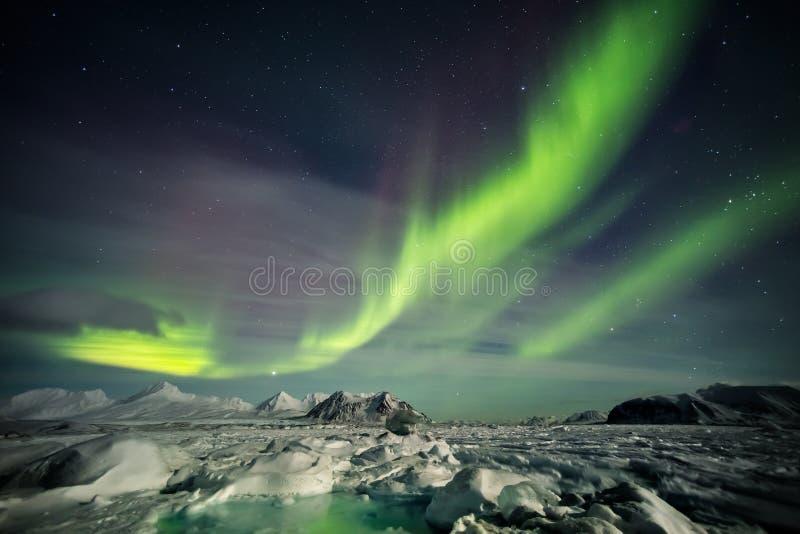 Arktiskt landskap på den polara natten - Spitsbergen, Svalbard arkivbild