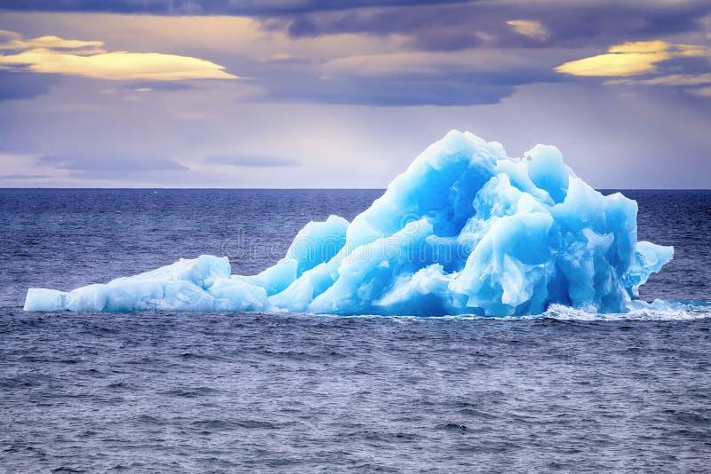 Arktiskt område Novaya Zemlya för isbergismateriel royaltyfria bilder