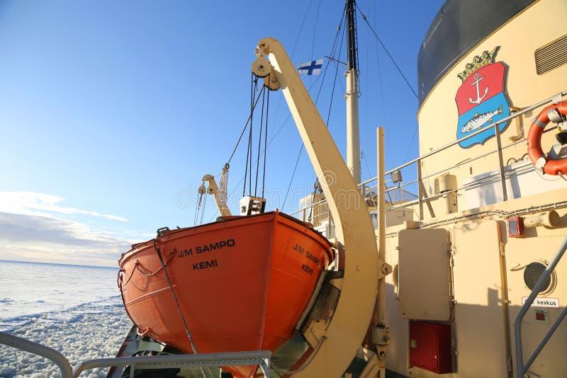 Arktyczny Icebreaker Sampo podczas unikalnego rejsu w zamarzniętym morzu bałtyckim fotografia stock