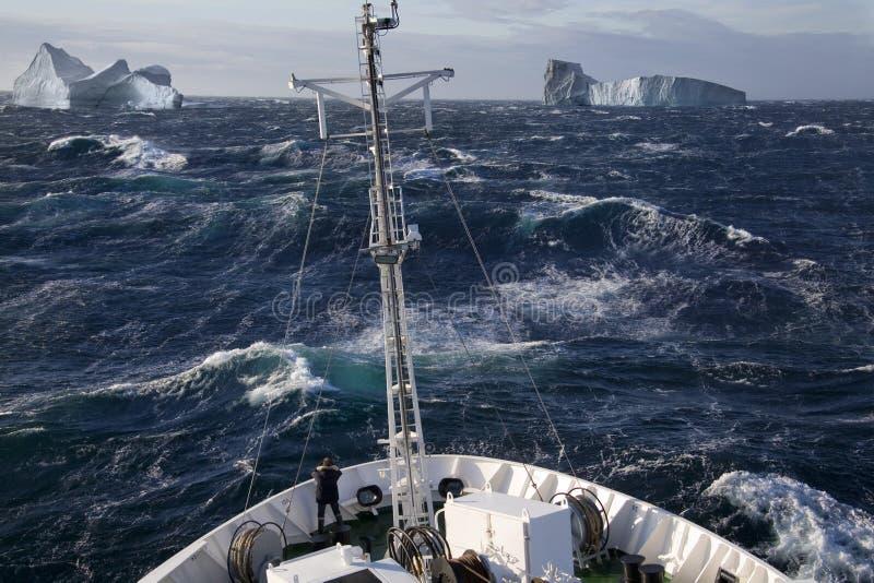 Arktyczny - statek i góry lodowa - Greenland zdjęcia royalty free