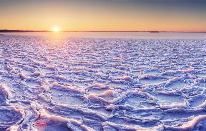 Arktyczny zimno krajobraz lodowaty jezioro przy zmierzchem z textural wzorami na lodzie i pęknięciami obraz stock