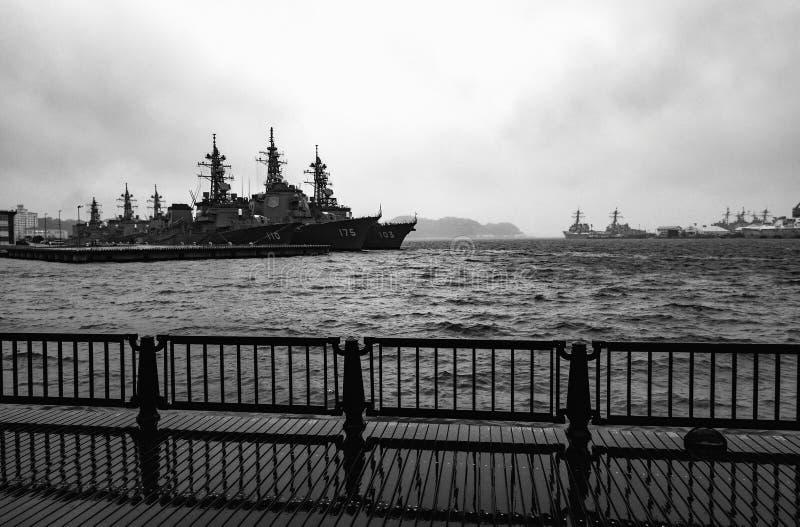 Arleigh burke-Klasse torpedojagers in stormachtige wateren bij de de Vlootactiviteiten die van Verenigde Staten worden verankerd stock foto