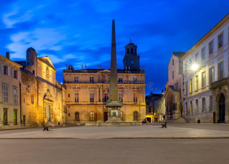 Arles Het Vierkant en het Stadhuis van de republiek bij zonsondergang stock afbeelding