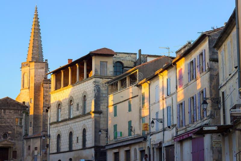 Arles, Provence, Frankreich, alte Sonne der Häuser morgens stockbilder
