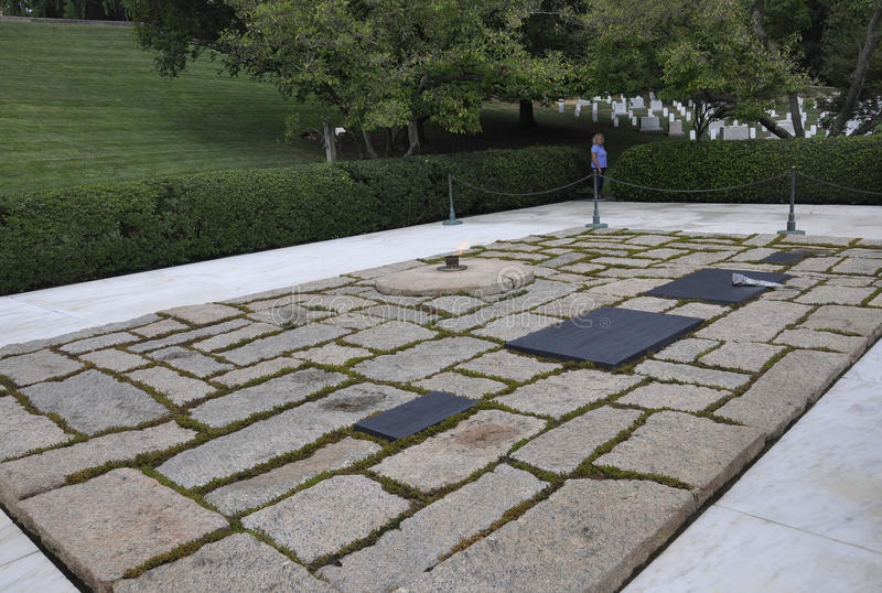 Arlington cmentarz, Sierpień 5th: Arlington Krajowego cmentarza prezydenta Kennedy grobowiec od Virginia zdjęcia royalty free