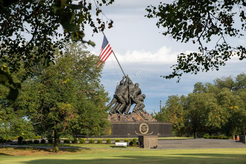Arlington Virginia - Augusti 7, 2019: Förenta staternaMarine Corp War minnesmärke som visar flaggan som planterar på Iwo Jima i W arkivfoton