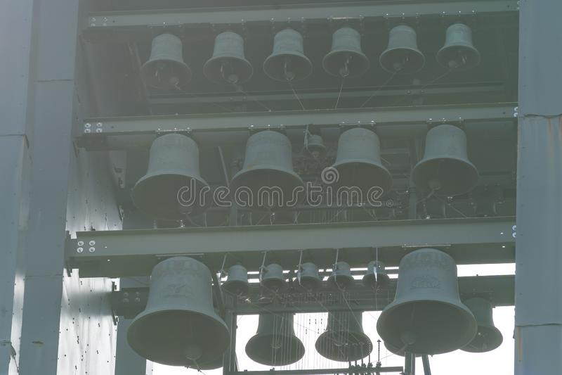 Arlington, Virginia - cierre para arriba de las campanas del campanario en el carillón holandés, una torre de acero alta de 127 p imagen de archivo libre de regalías