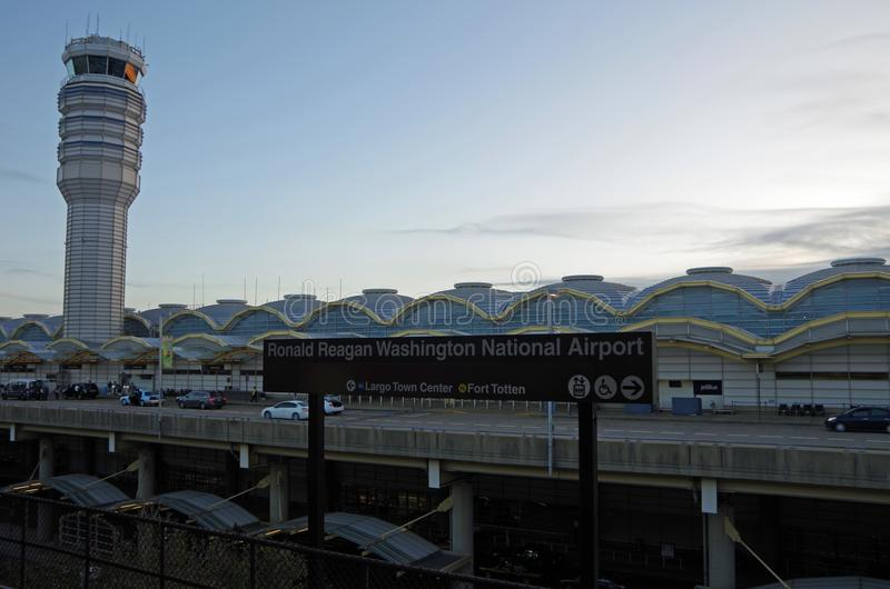 Arlington Virginia, Förenta staterna - September 27, 2017: Washington DCtunnelbanatecken och kontrolltorn för Ronald Reagan Natio arkivbilder