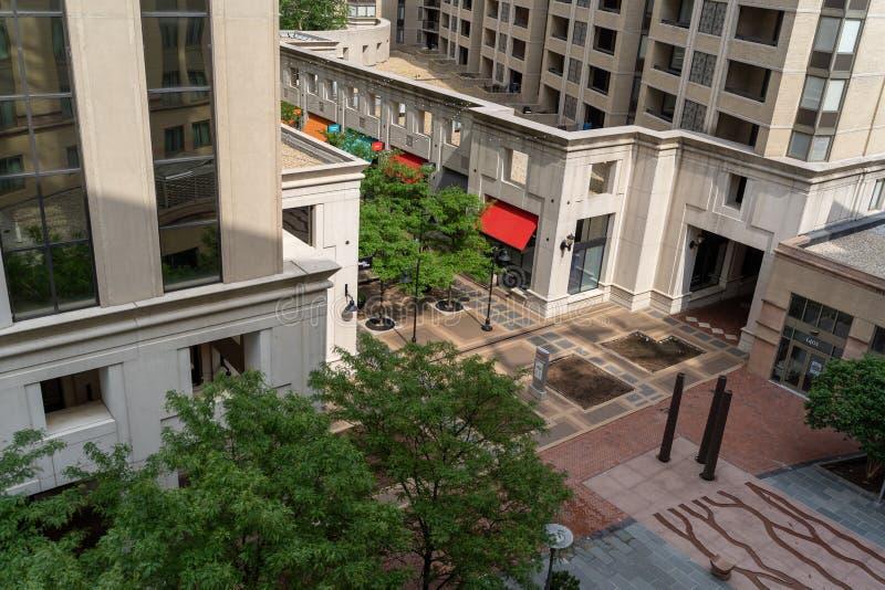 Arlington Virginia - flyg- sikt av domstolsbyggnadPlazaområdet i den stads- domstolsbyggnadgrannskapen i nordligt arkivbild