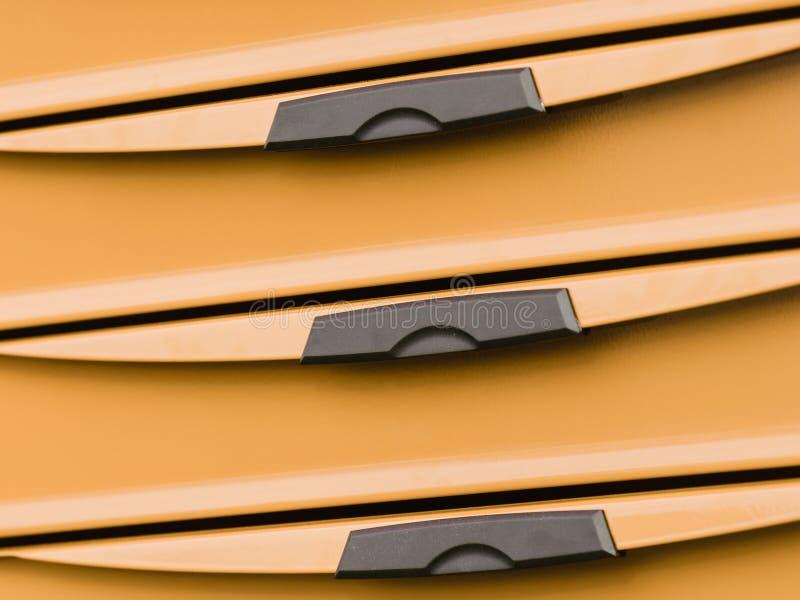 Armário alaranjado da caixa plástica com as gavetas pretas dos punhos fotografia de stock royalty free