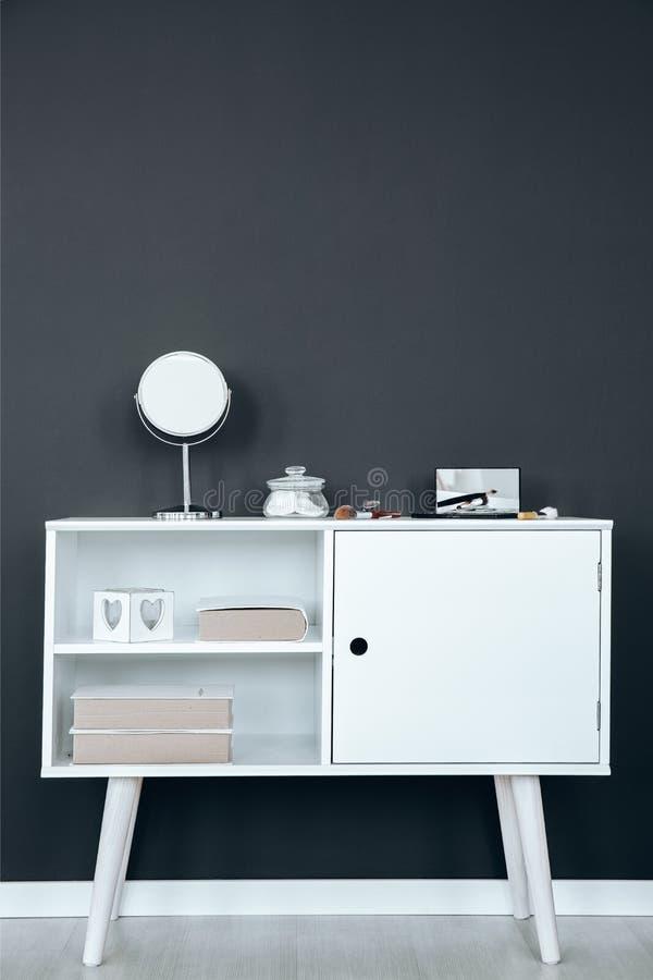 Armário branco com escovas imagem de stock
