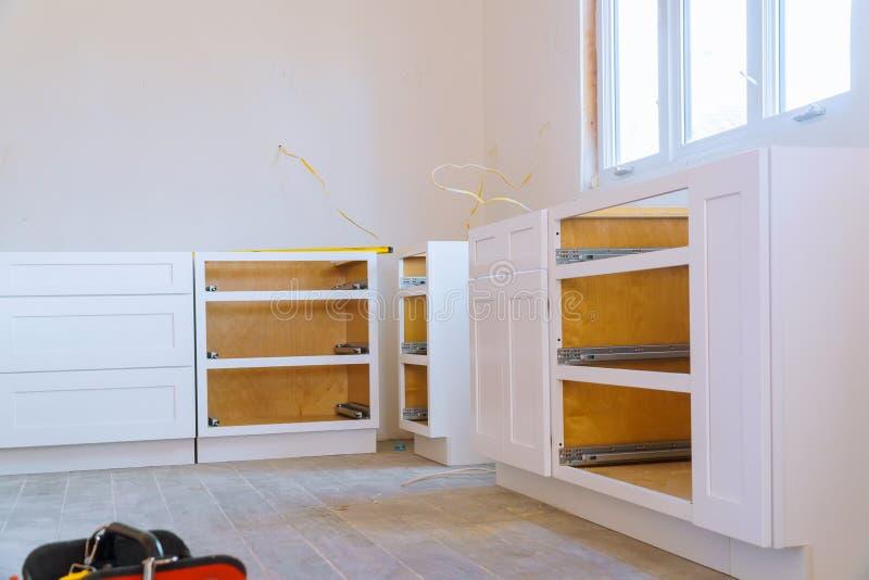 Armário cego, gavetas da ilha e armários contrários instalados fotos de stock