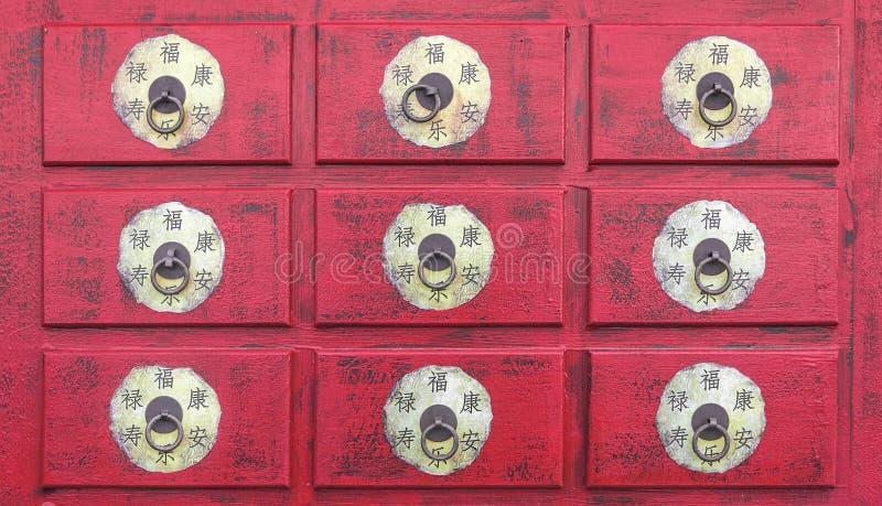 Armário chinês de madeira vermelho foto de stock