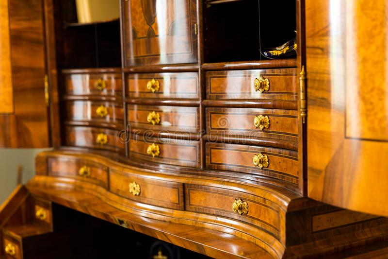 Armário de madeira antigo com muitas gavetas no museu imagens de stock