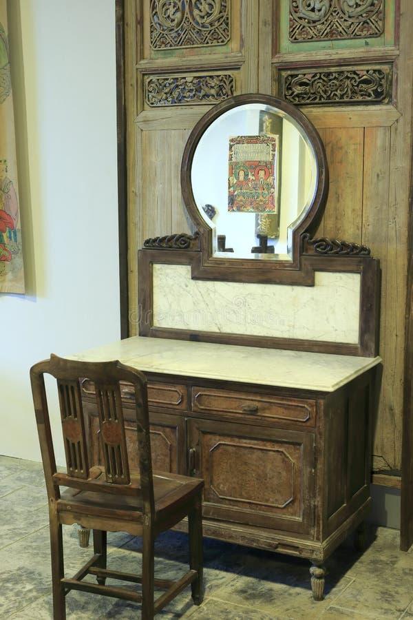 Armário de madeira chinês velho fotografia de stock