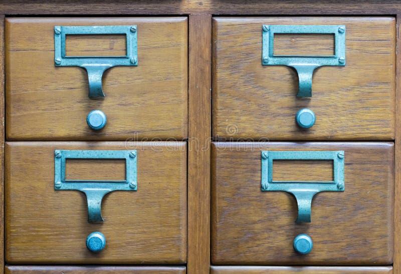 Armário de madeira do estilo antigo do cartão de biblioteca imagem de stock