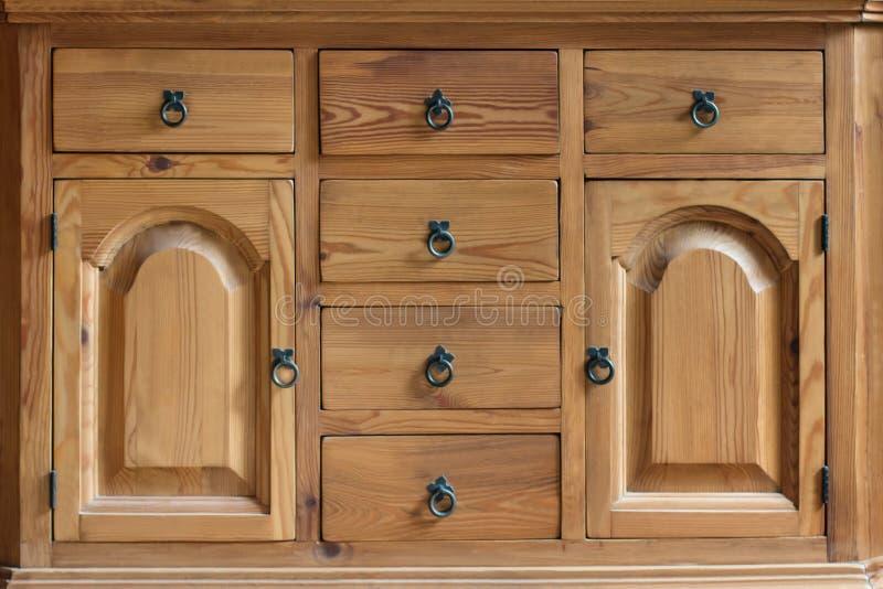 Armário de madeira do vintage com gavetas e portas imagem de stock royalty free