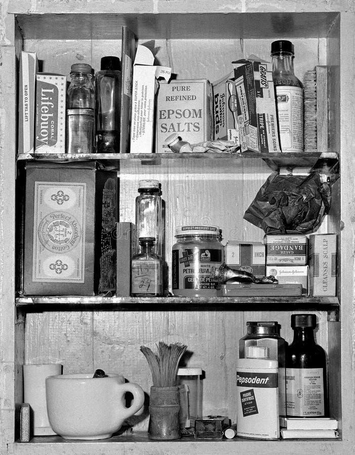Armário de medicina com os produtos retros do passado foto de stock