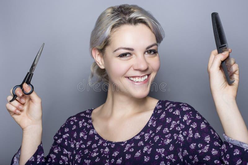 Armário do cabelo com tesouras e pente fotos de stock
