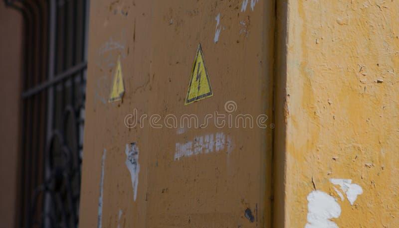 Armário exterior cinzento bonde municipal oxidado com fechamento e sinal de perigo isolado no branco foto de stock royalty free