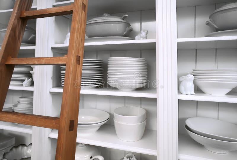 Armário Home com pratos imagens de stock royalty free