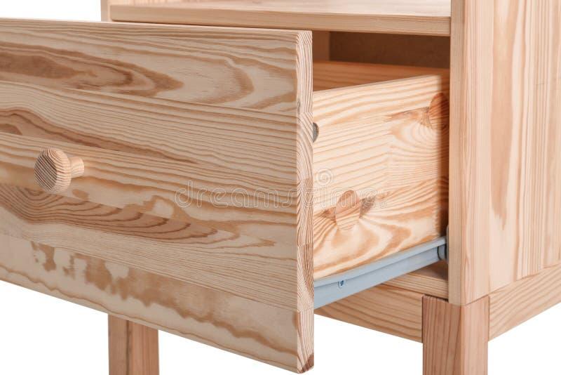 Armário pequeno de madeira com a gaveta aberta no fundo branco, close up foto de stock