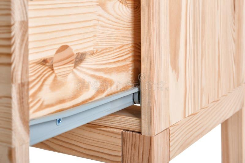 Armário pequeno de madeira com a gaveta aberta no fundo branco, close up imagens de stock royalty free