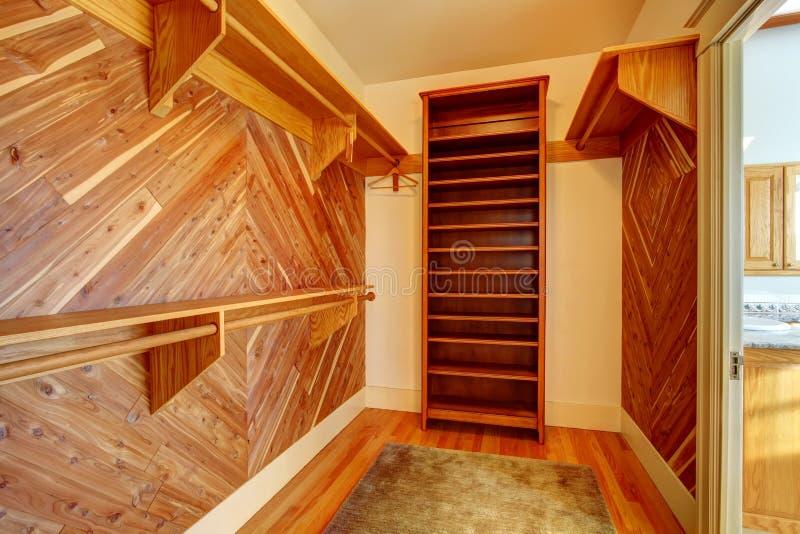 Armário vazio com as paredes almofadadas madeira imagem de stock royalty free