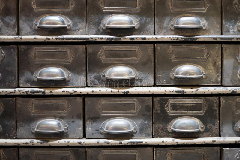 Armário velho do arquivo da gaveta/vintage - mobília do vintage imagens de stock