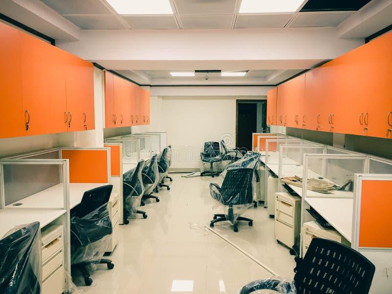Armários alaranjados em um escritório imagem de stock royalty free