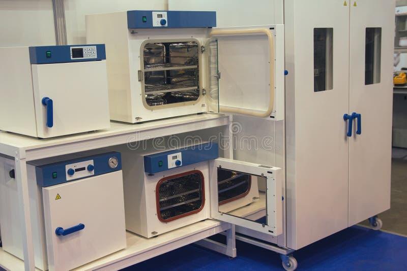Armários da esterilização médica na sala de exposições fotografia de stock