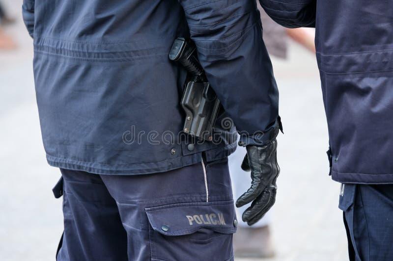 Armé avec les armes prêtes à employer d'une police de pistolet photographie stock libre de droits