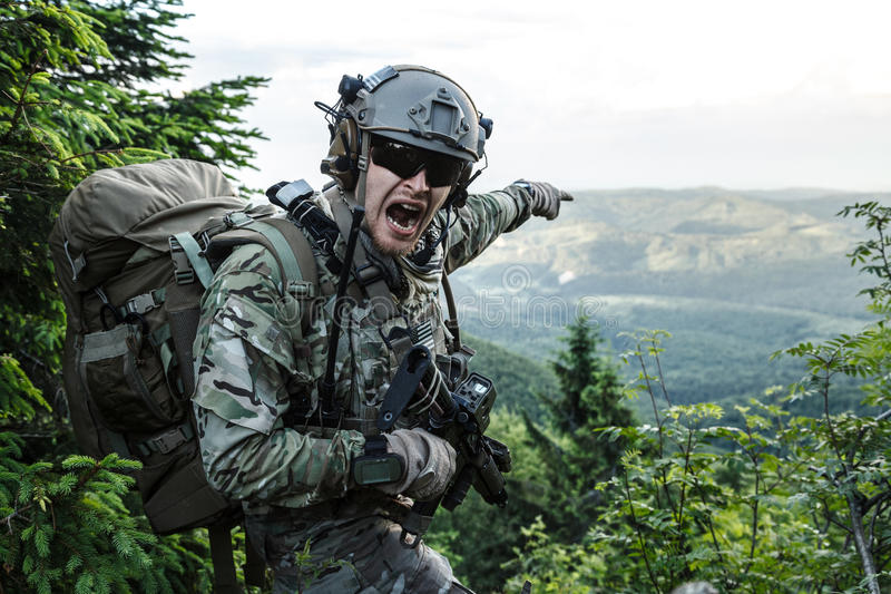 Armékommandosoldat i bergen arkivbild