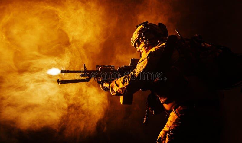 Armékommandosoldat i fältlikformig royaltyfri fotografi