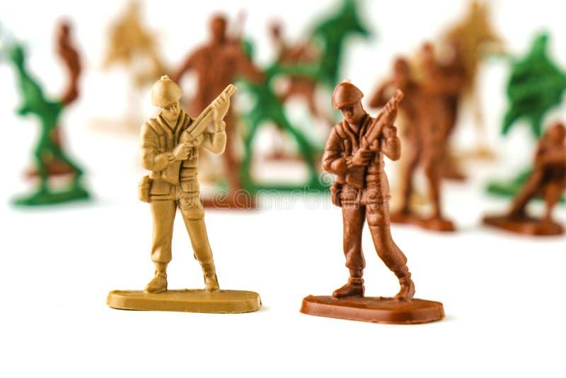 armén av leksakssoldater isolerad vit bakgrund royaltyfri foto