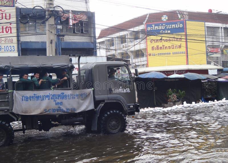 Armén hjälper lokaler i en översvämmade Rangsit, Thailand, i Oktober 2011 arkivbilder