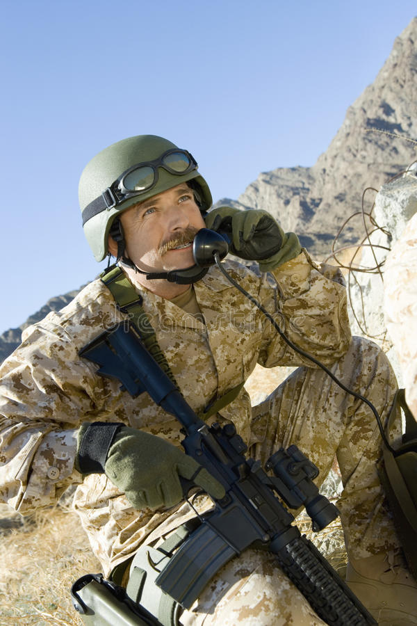 Armésoldat Using Telephone arkivfoton
