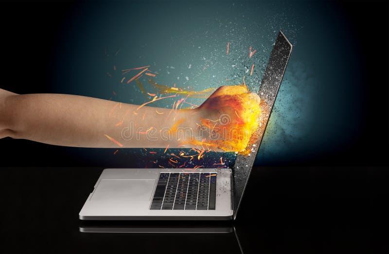 Arm, der stark Laptopschirm schlägt lizenzfreies stockfoto