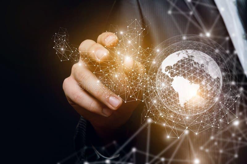 Arm errichtet ein Netz des globalen Geschäfts stockbild