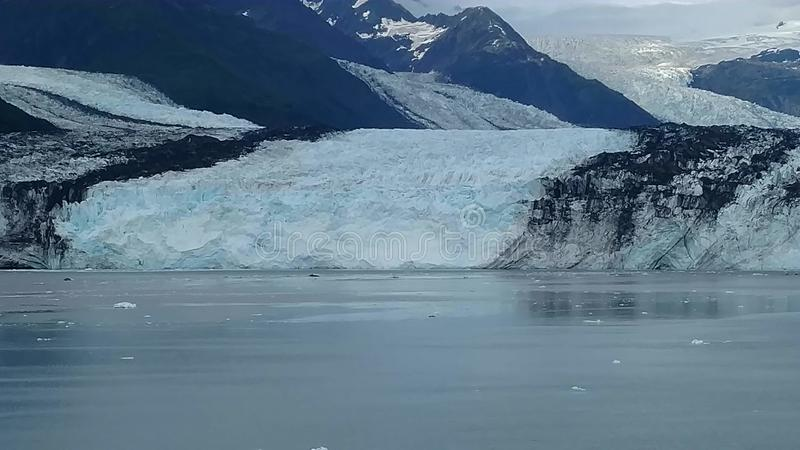 Arm Harvard-Gletscher-College-Fjord-Alaskas Harvard mit Schnee umfassten Bergspitzen und ruhiger Pazifischer Ozean mit Eisbergen  lizenzfreie stockfotografie