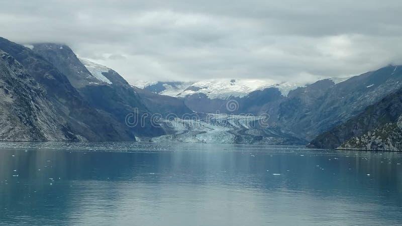 Arm Harvard-Gletscher-College-Fjord-Alaskas Harvard mit Schnee umfassten Bergspitzen und ruhiger Pazifischer Ozean mit Eisbergen  stockbilder